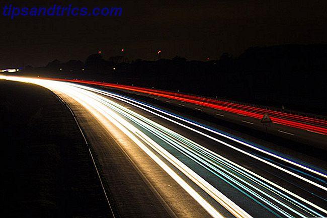 Comment capturer les sentiers de lumière correctement?  Bien qu'ils soient faciles à photographier, vous devez régler votre caméra correctement.  Regardons comment prendre des photos avec des sentiers de lumière incroyables.