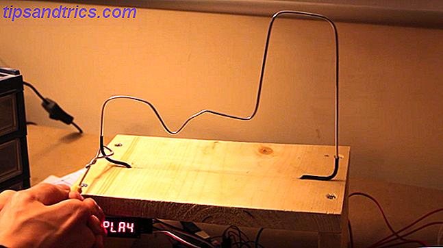 In diesem lustigen Projekt lernen wir, wie man mit dem Arduino ein Buzz-Wire-Spiel macht.  Viele der benötigten Teile können in einem Starter-Kit und rund um das Haus gefunden werden.