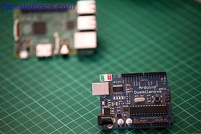 L'Arduino et le Raspberry Pi peuvent sembler assez similaires - ils sont tous les deux de petites cartes de circuits imprimés avec des puces et des broches - mais ils sont en fait des appareils très différents.