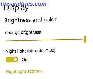 O Night Light, um novo recurso do Windows 10, permite reduzir a quantidade de luz azul emitida pela tela.  Como é diferente do modo escuro e qual você deve usar?